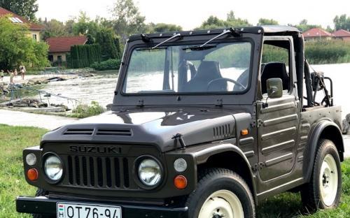 Veterán Suzuki Jeep szemből